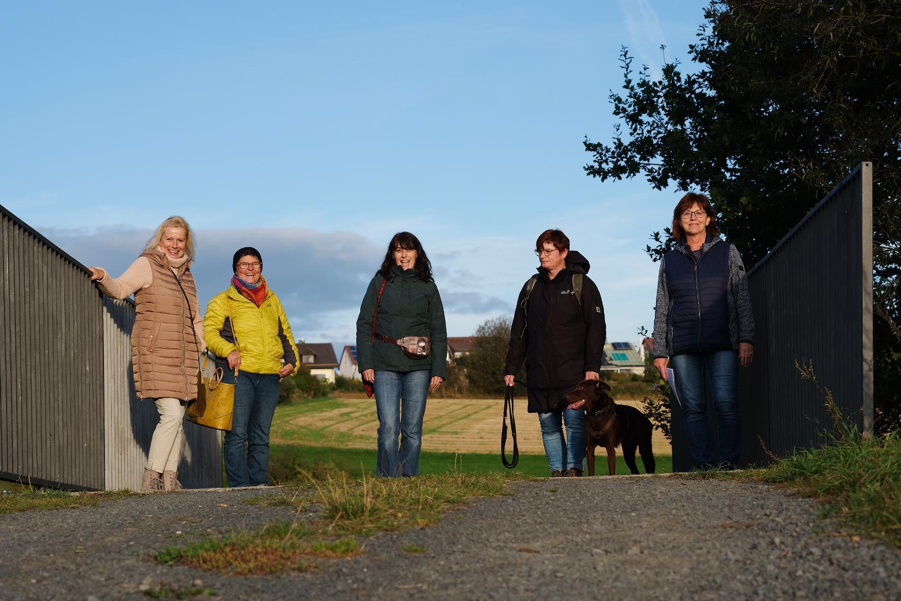 Frauen stehen auf einer Brücke