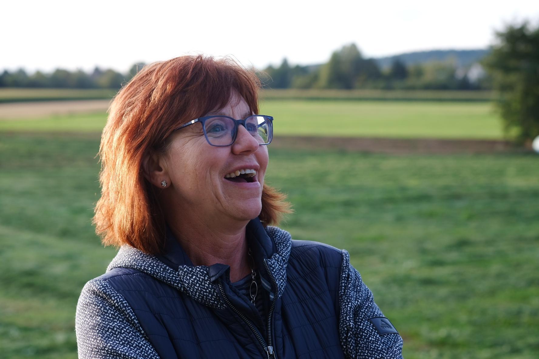 Lachende Frau in der Natur